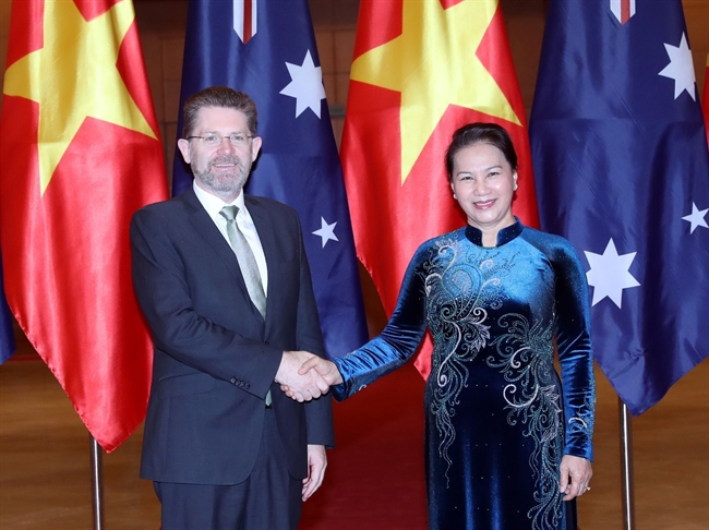 National Assembly Chairwoman Nguyen Thi Kim Ngan had a meeting with Australian President of the Senate Scott Ryan in Hanoi on January 21 during his official visit to Vietnam. In the photo: The Vietnamese top legislator receives the Australian guest. Photo: Trong Duc/VNA