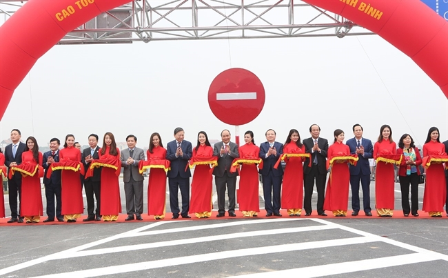 Prime Minister Nguyen Xuan Phuc on January 26 attended a ceremony in Hung Yen province to open to traffic Hung Ha bridge and a road connecting Hanoi-Haiphong expressway with Cau Gie-Ninh Binh expressway. Photo: Duong Giang / VNA