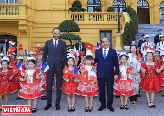 越‐仏戦略的パートナーシップ関係を促進