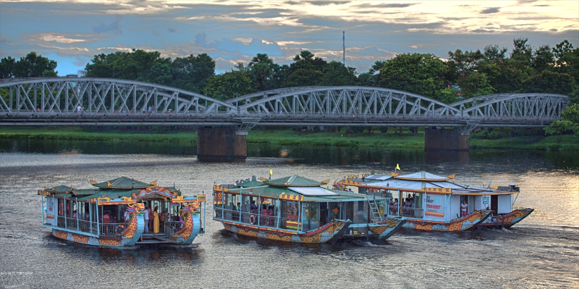 Hue songs highlight dragon boat trips on Huong river