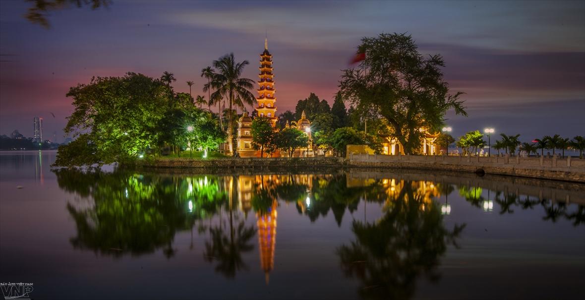 Пагода Чанкуок: цветущий лотос в центре Западного озера