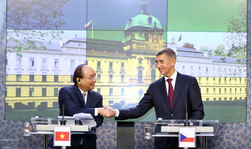 Promotion des relations damitié et de coopération entre le Vietnam et la République tchèque et la Roumanie