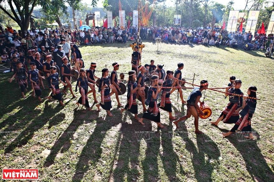 Celebración de la nueva casa Rong de los Bahnar