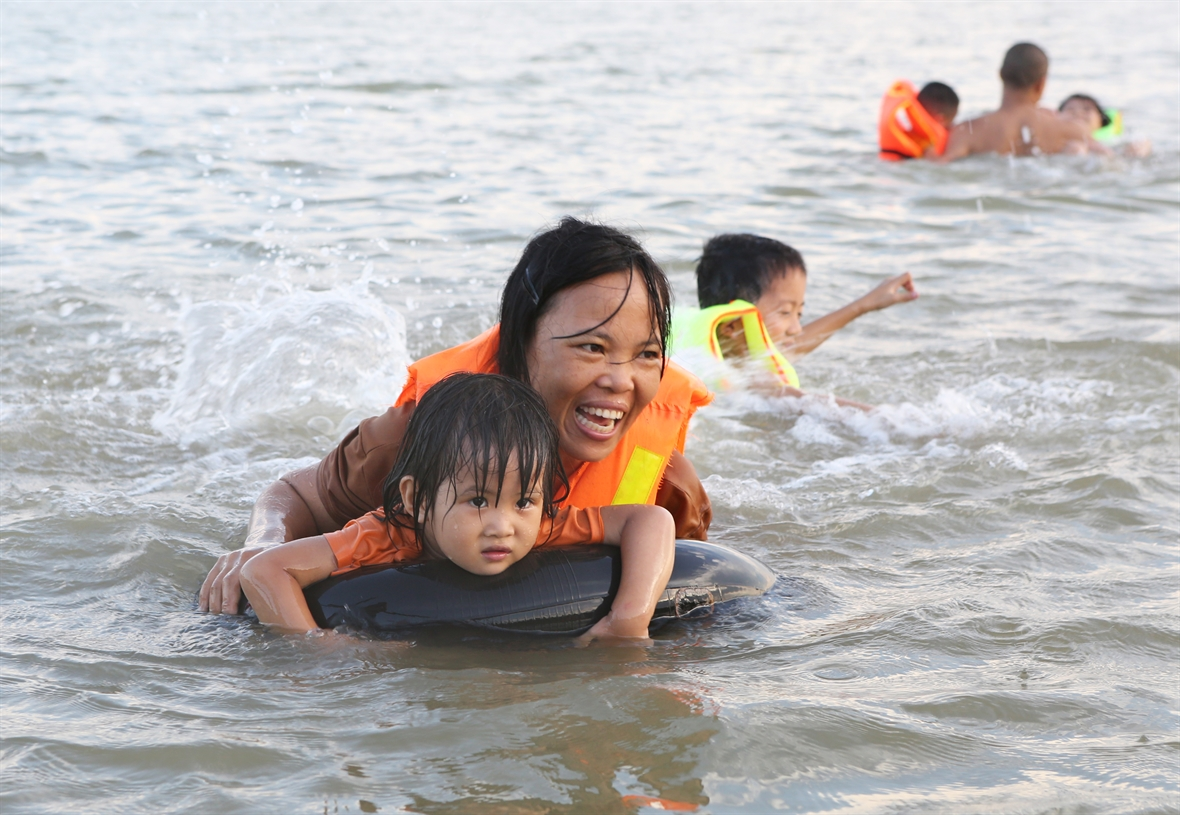 蓝江上的儿童游泳培训班
