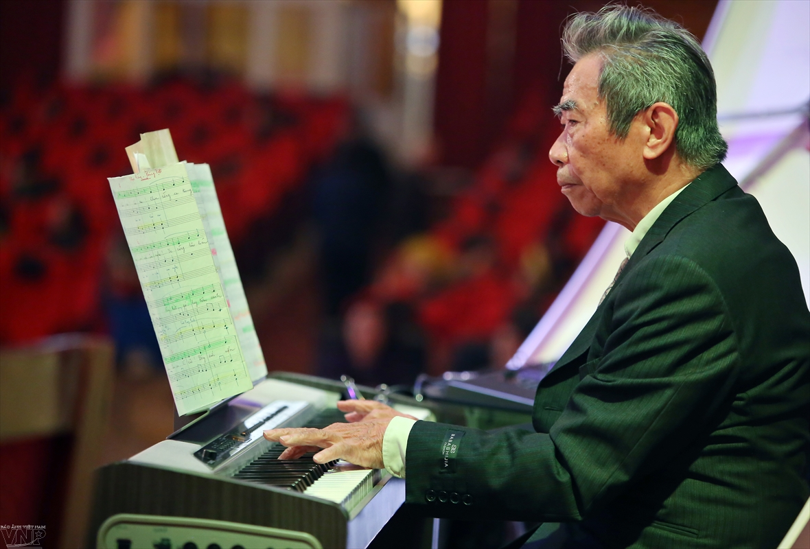 A pianist connects Vietnam with the world through music