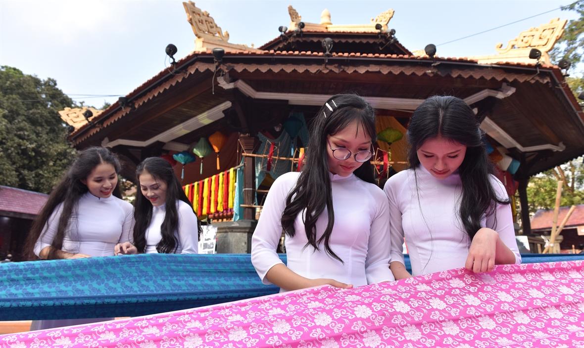 찌에우 반 마오 (Triệu Văn Mão) 비단