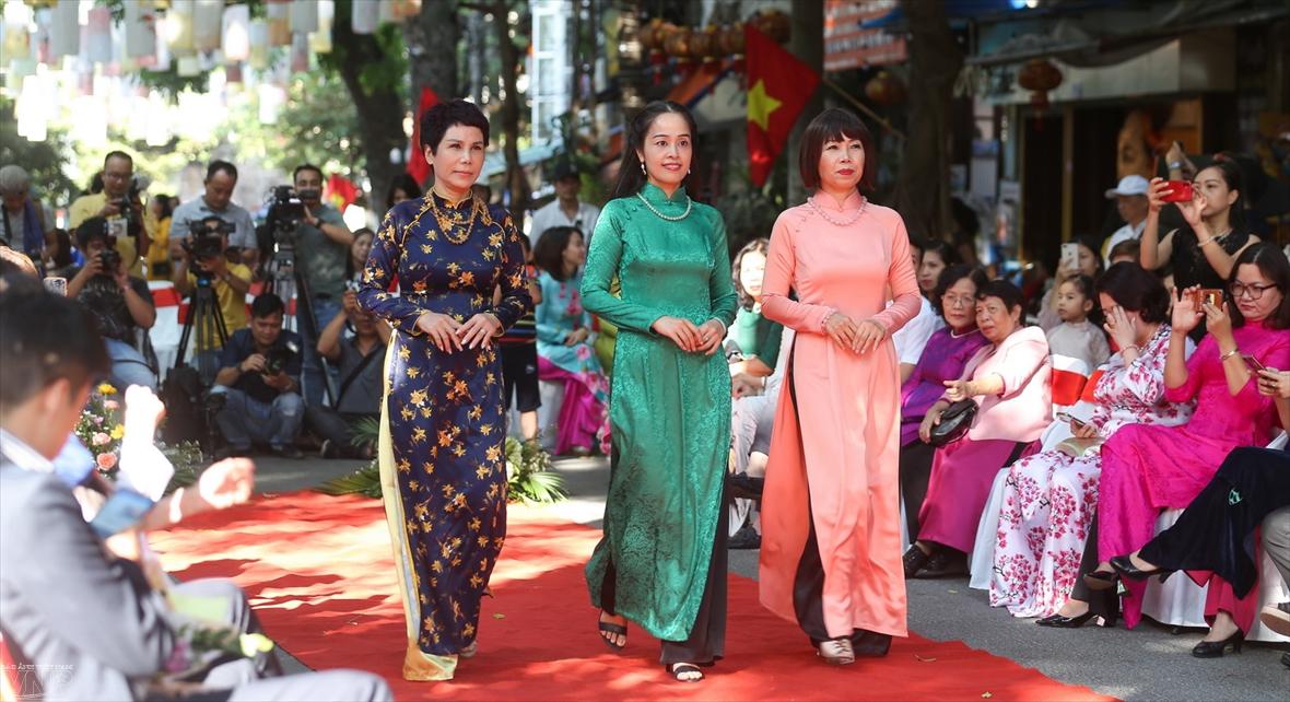 Nét Hà Nội trên những tà áo dài
