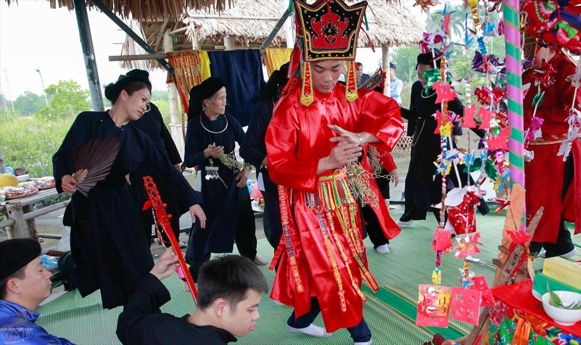 Độc đáo nghi lễ Lẩu Then