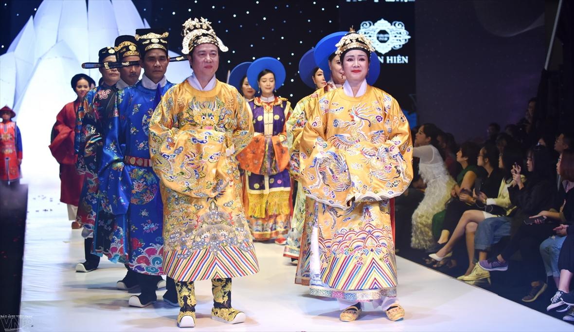 ベトナムの伝統衣装を若者に紹介する