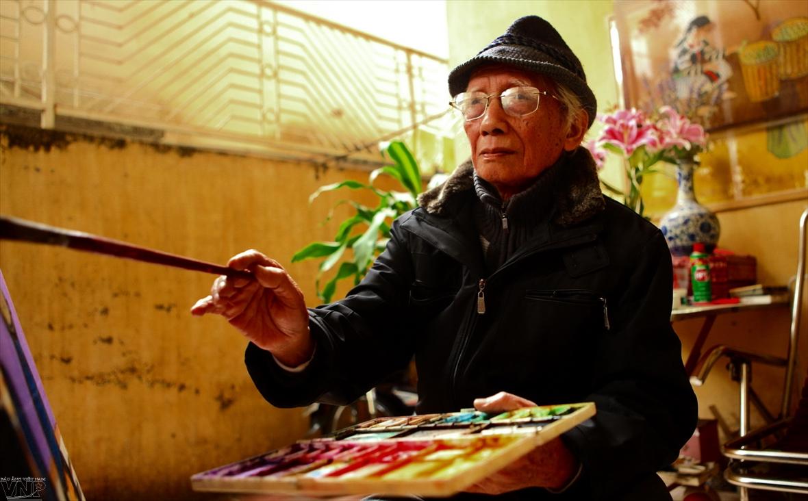Nguyen Thu creador dedicado a la pintura sobre seda