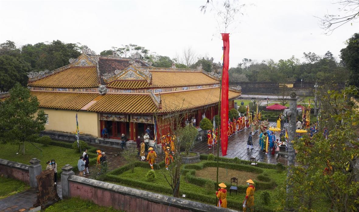 후에(Huế)왕국 안에서 네우(nêu)를 세운 예식