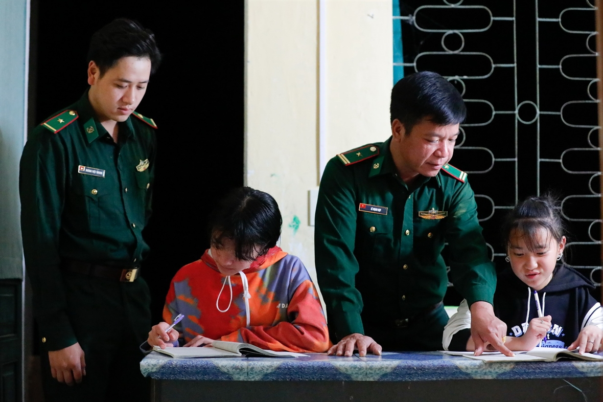 Guardias fronterizos adoptan niños en la meseta rocosa