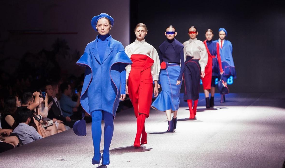 Hà Thông - Cô gái khuyết tật vẽ lên giấc mơ thời trang
