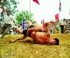 La lucha libre en la aldea de Sinh