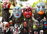 Vendedor ambulante de máscaras tradicionales