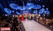 Неделя моды с многокрасочным стилем Востока и Запада
