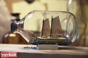 Construcción de barcos dentro de bombillas y botellas