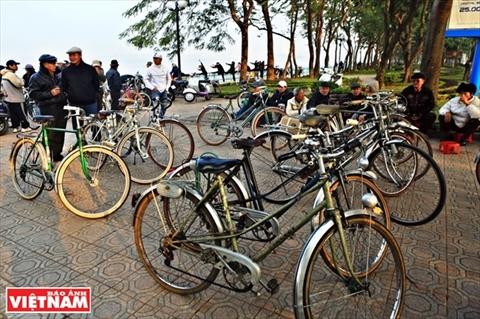 Des Hanoïens passionnés de vieilles bicyclettes