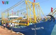 Вьетнамкие рыбаки поют государственный гимн перед выходом на Чыонгша