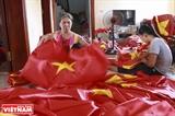 Посещание центра по производству флагов во Вьетнаме