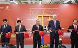 Премьер СРВ перерезал ленту в знак открытия Недели товаров вьетнамского производства в Сингапуре