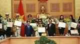 Вице-премьер СРВ Чыонг Хоа Бинь наградил 36 лучших молодых госслужащих 2018 года