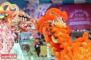 Nuevo eco de las danzas vietnamitas del unicornio el león y el dragón en el ámbito internacional
