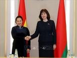 La présidente de lAN Nguyen Thi Kim Ngan sentretient avec la présidente du Sénat de la Biélorussie