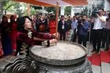 Товарищ Данг Тхи Нгок Тхинь зажгла благовония в память о двух сестрах Чынг