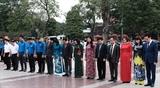 Руководители города Ханоя возложили цветы к памятнику В.И. Ленину