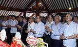 Thủ tướng Chính phủ Nguyễn Xuân Phúc và Chủ tịch Quốc hội Nguyễn Thị Kim Ngân dâng hương tưởng niệm Chủ tịch Hồ Chí Minh