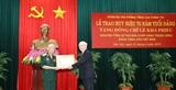 Tổng Bí thư Chủ tịch nước Nguyễn Phú Trọng trao Huy hiệu 70 năm tuổi Đảng tặng nguyên Tổng Bí thư Lê Khả Phiêu