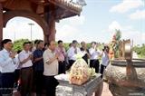Le PM Nguyen Xuan Phuc offre de lencens à lancienne citadelle de Quang Tri