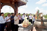នាយករដ្ឋមន្រ្តីវៀតណាម លោក Nguyen Xuan Phuc អញ្ជើញអុជធូបរំលឹកដល់វិញ្ញាណក្ខ័ន្ធវីរៈយុទ្ធជនពលីនៅកំពែងបុរាណ Quang Tri