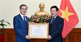 Phó Thủ tướng Bộ trưởng Ngoại giao Phạm Bình Minh trao Huân chương Lao động hạng Nhất tặng Đại sứ Lào tại Việt Nam
