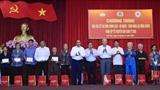 Thủ tướng Nguyễn Xuân Phúc trao quà Tết cho gia đình chính sách hộ nghèo công nhân lao động
