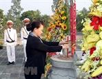 Председатель НС Вьетнама зажгла благовония на кладбище павших бойцов провинции Бенче