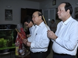Руководители Вьетнама зажгли благовония в память о бывших руководителях Партии и Государства