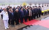 Руководители Партии и Государства почтили память Президента Хо Ши Мина и павших бойцов