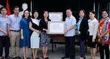 Trao tặng khẩu trang hỗ trợ cộng đồng người Việt tại Lào phòng chống COVID-19