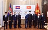 Вьетнам передал медоборудование для борьбы с коронавирусом Лаосу и Камбодже