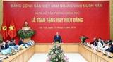 Thủ tướng Nguyễn Xuân Phúc dự lễ trao Huy hiệu Đảng tại Đảng bộ Văn phòng Chính phủ