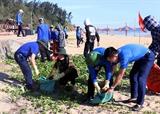 Tuổi trẻ Hà Tĩnh ra quân làm vệ sinh môi trường biển