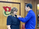 Vietnam otorga a diplomática cubana sello conmemorativo Por las generaciones juveniles