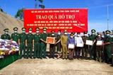 Trao quà tặng lực lượng vũ trang và nhân dân khu vực biên giới nước bạn Lào
