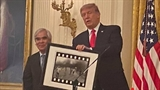 Автор фотографии Напалмовая девочка награжден Национальной медалью США в области искусств