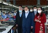 Le chef de lEtat visite deux entreprises gérées par des personnes âgées