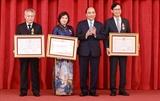 Chủ tịch nước Nguyễn Xuân Phúc trao tặng Huân chương cho nguyên lãnh đạo Bộ Xây dựng