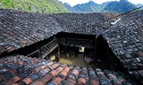 Une ancienne maison mystérieuse dans le hameau de Ha Sung