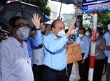 Chủ tịch nước Nguyễn Xuân Phúc thăm tặng quà động viên người dân Thành phố Hồ Chí Minh